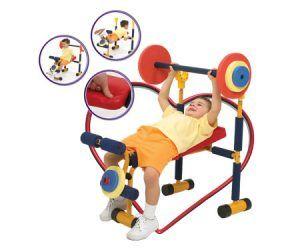niño ejercitandose en maquina de ejercicios