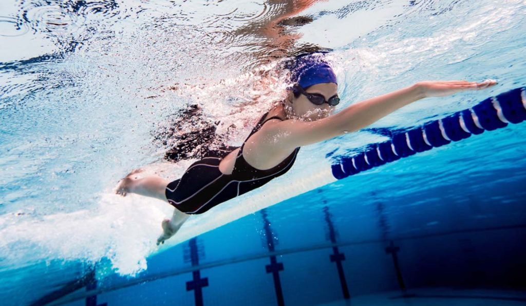 nadar para ejercitarse