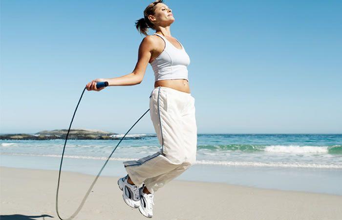 saltar la cuerda para ejercitarse